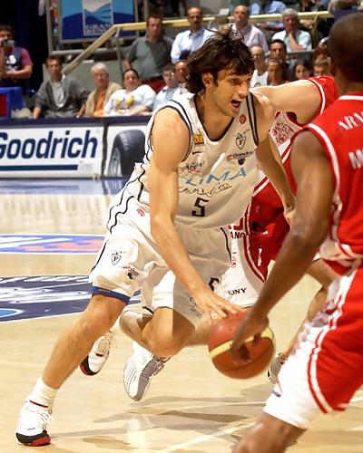 Gianluca Basile intenta la penetración a canasta (Foto cortesía Legabasket)