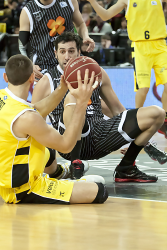 Mumbrú y Rost pelean en el suelo por un balón (Foto: Luis Fernando Boo).