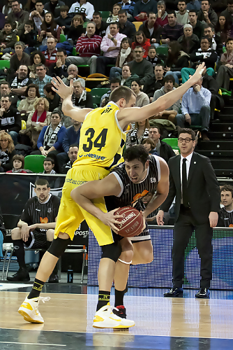 Mumbrú trata de superar a Rost en el juego al poste (Foto: Luis Fernando Boo).