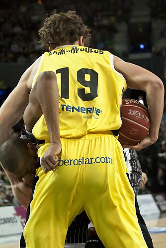 Lampropoulos y Hamltin pelean por un balón (Foto: Luis Fernando Boo).