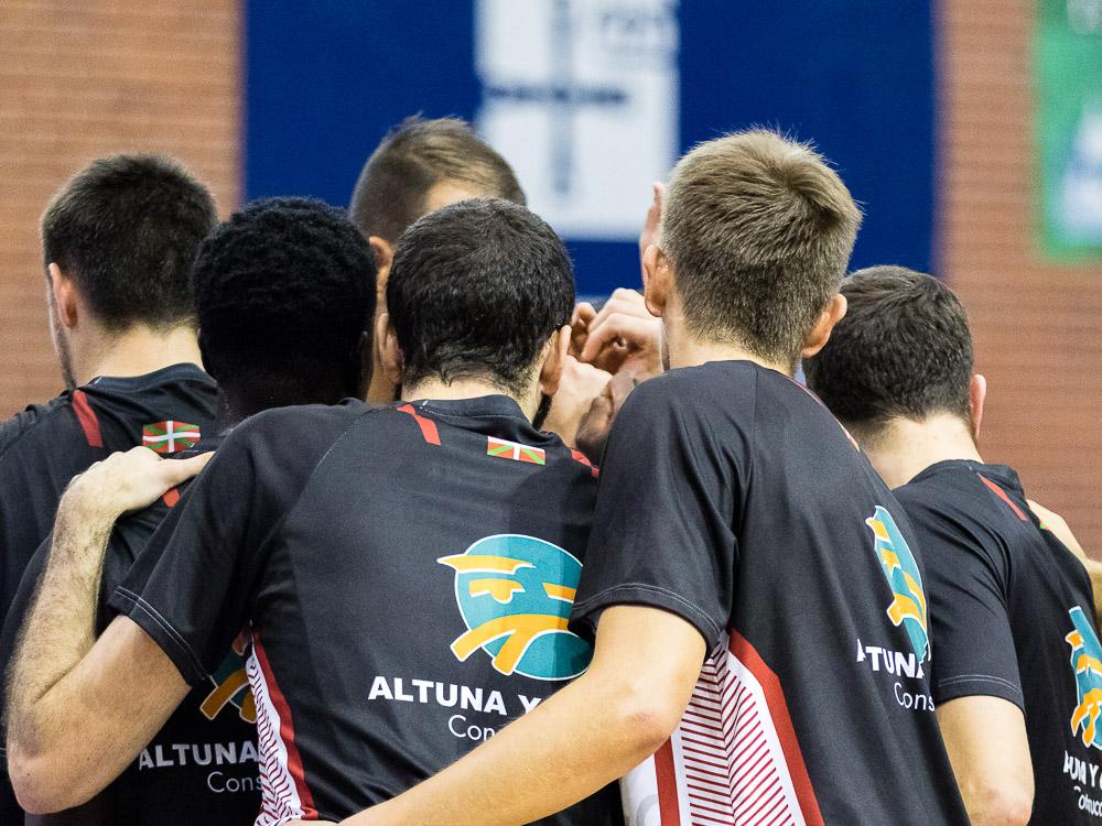Jugadores del Iraurgi SB antes del partido (Foto: Christian García)