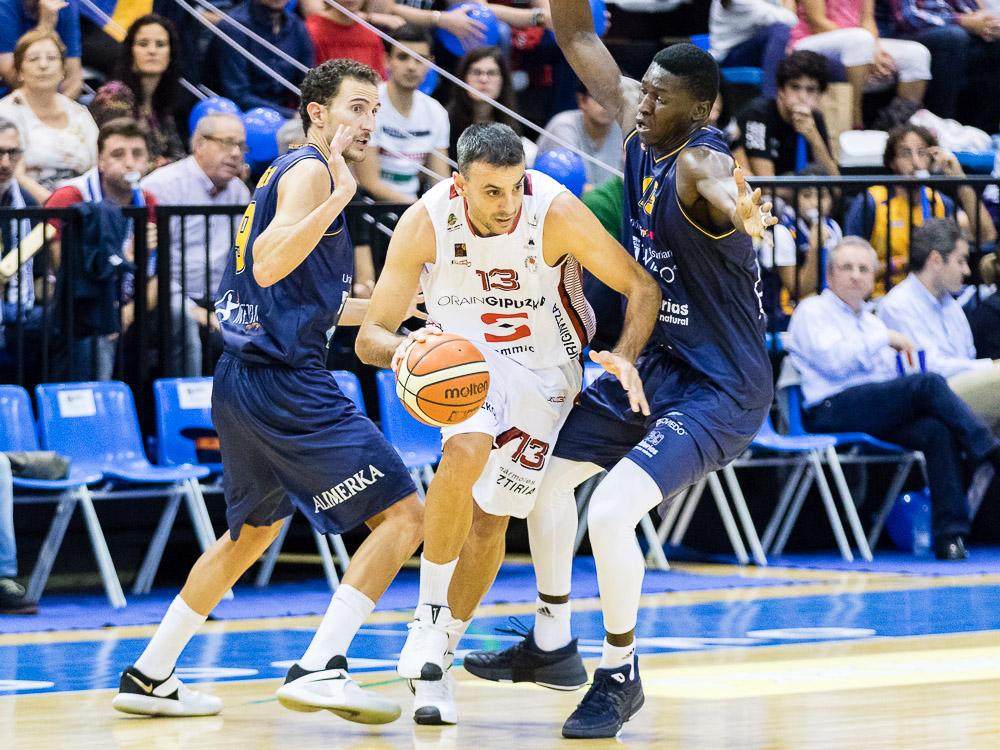 Ruiz de Galarreta driblando a Víctor Pérez y Romaric Belemene (Foto: Christian García)