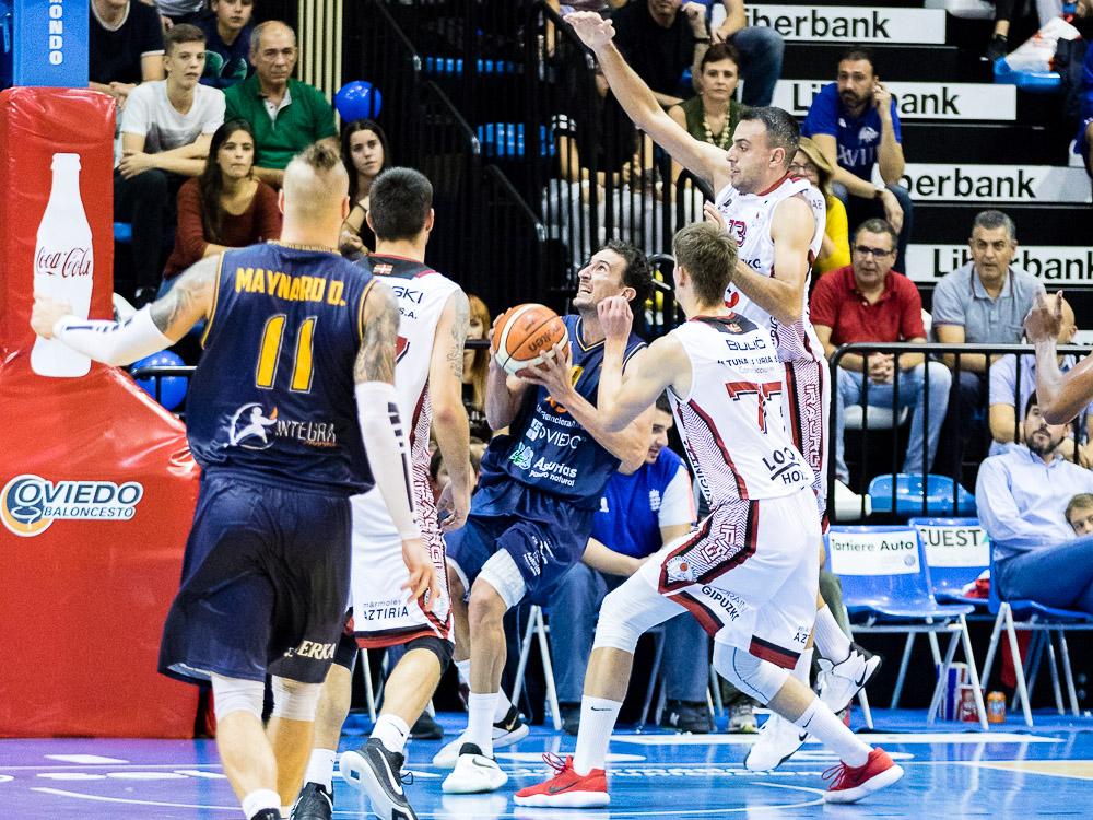 Víctor Pérez rodeado de rivales bajo canasta (Foto: Christian García)