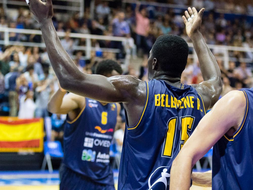 Romaric Belemene alentando a la afición tras un triple (Foto: Christian García)