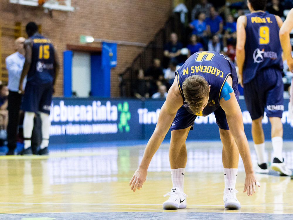 Fran Cárdenas estirando tras una falta (Foto: Christian García)