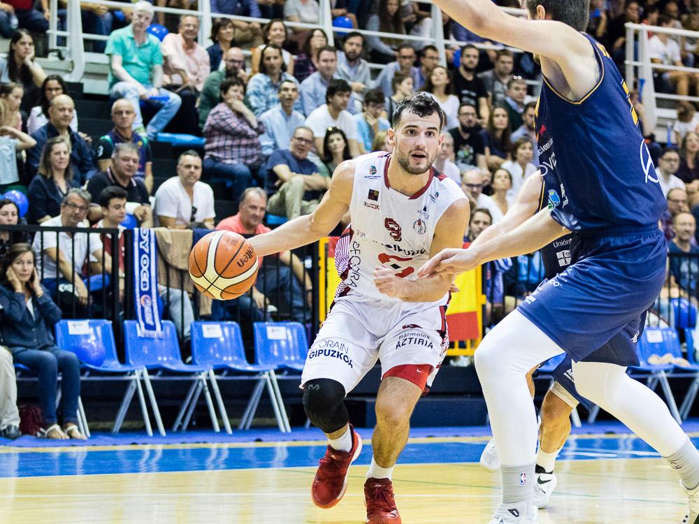 Aitor Zubizarreta defendido por dos jugadores (Foto: Christian García)
