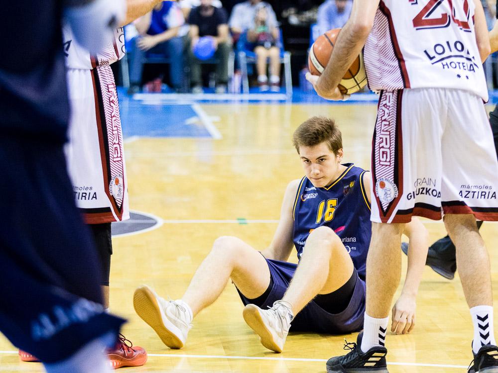 Alejandro Rodríguez en el suelo tras una falta (Foto: Christian García)