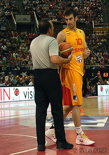 Claver habla con el árbitro (Foto: S Suárez)