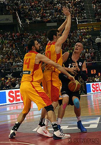 German Gabriel y Víctor Claver ante Benzing (Foto: S Suárez)