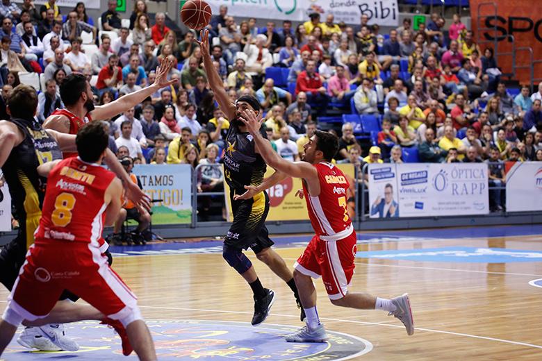 Davin White - Facundo Campazzo (Foto: Carlos González)