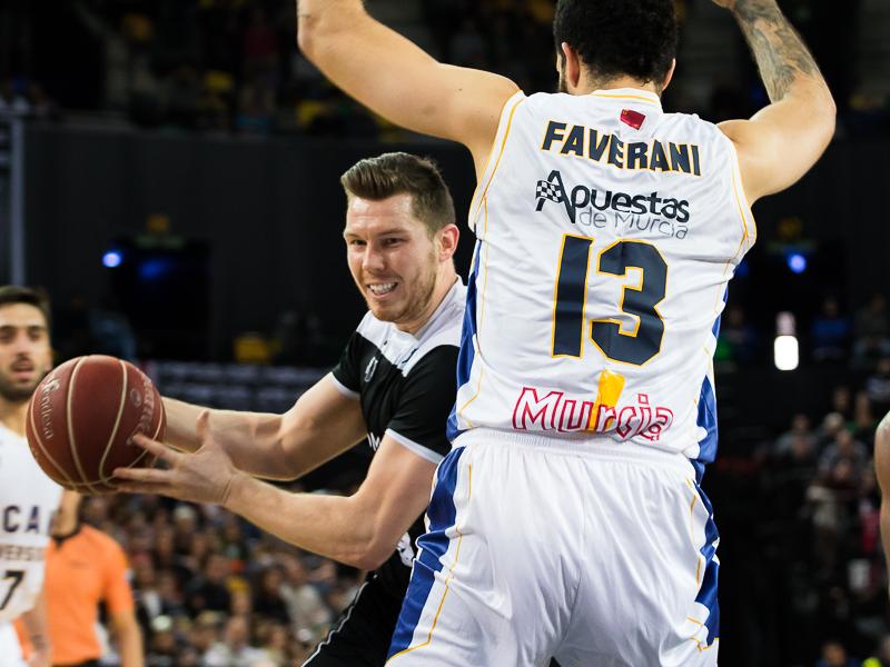 Bertans intenta superar a Faverani (Foto: Luis Fernando Boo).
