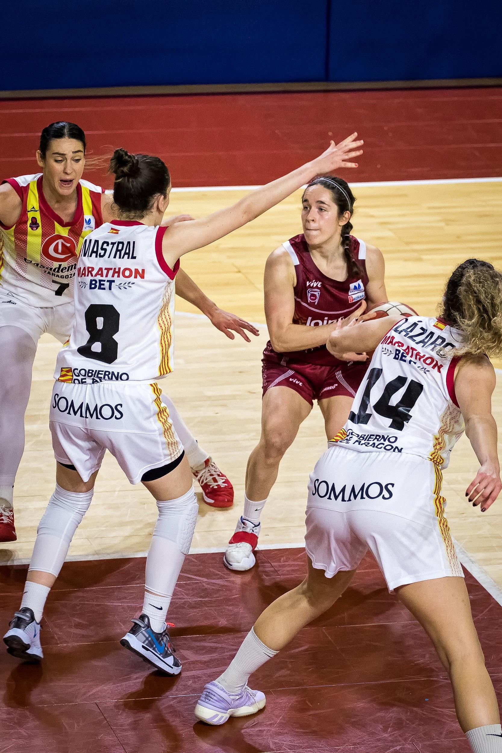 Ariztimuño, defendida por tres rivales (Foto: Luis Fernando Boo).