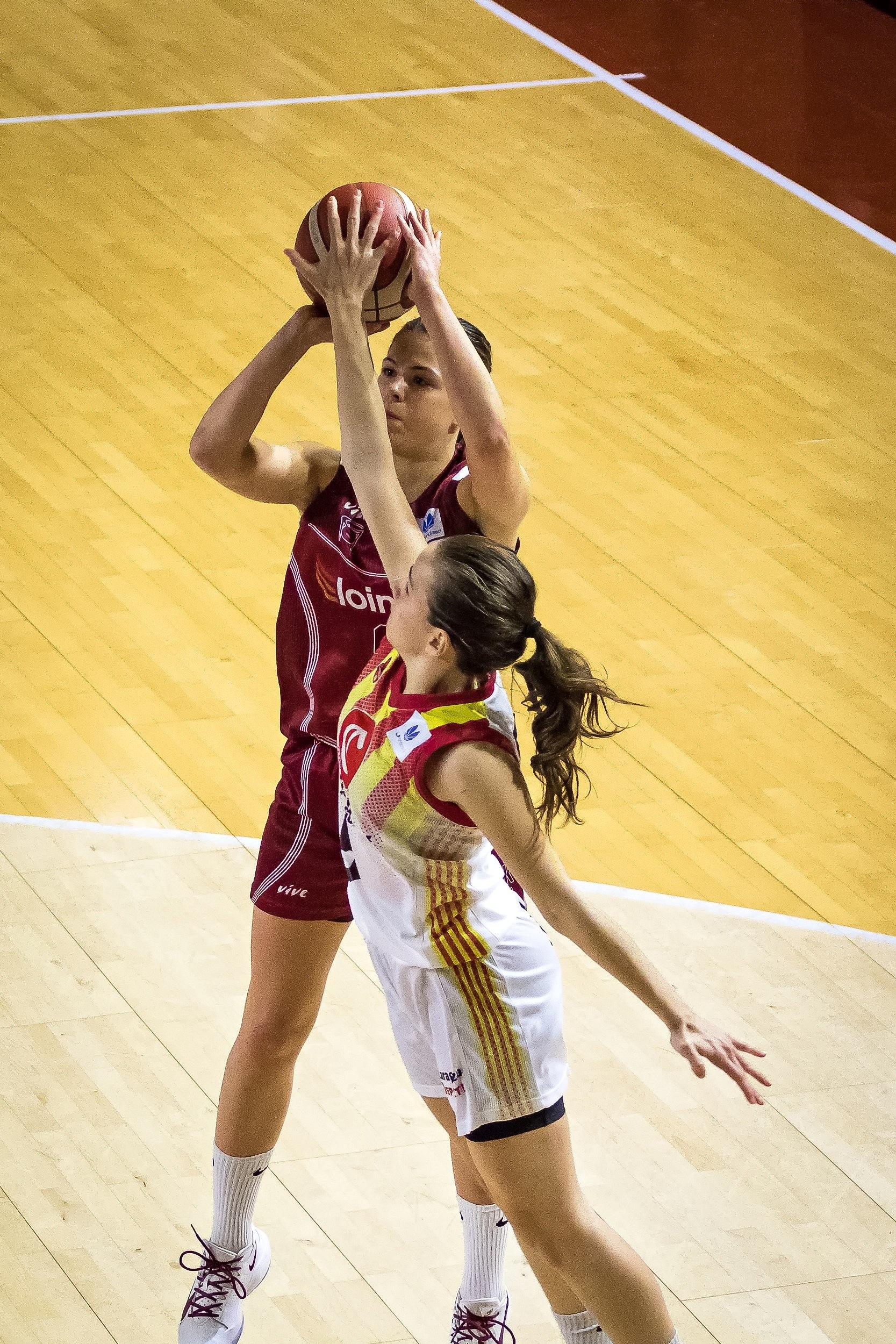 Alberdi es taponada en su lanzamiento a media distancia (Foto: Luis Fernando Boo).