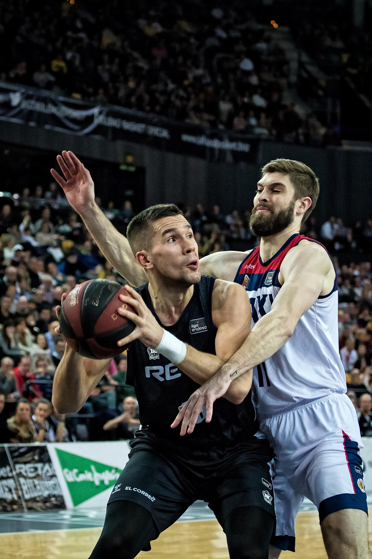 Magarity defiende bajo el aro a Sulejmanovic (Foto: Luis Fernando Boo).