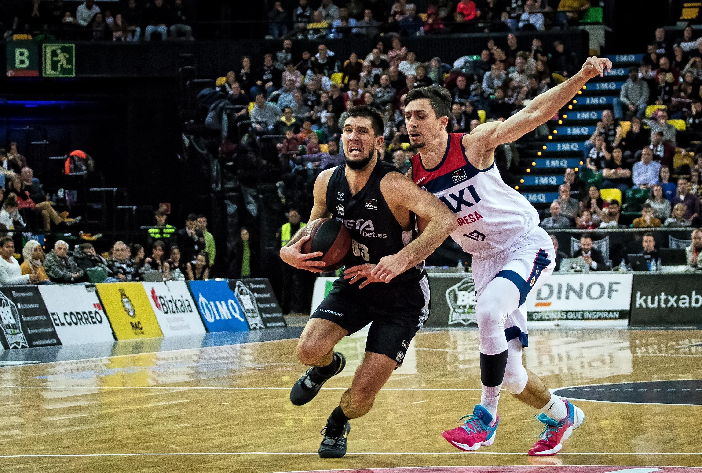 Bouteille intenta superar la defensa de Tomas (Foto: Luis Fernando Boo).