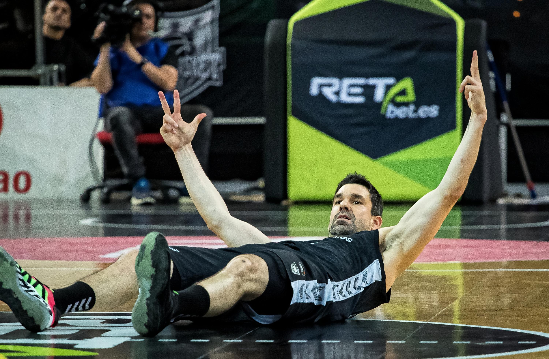 Rafa Martinez celebra un triple desde el suelo (Foto: Luis Fernando Boo).