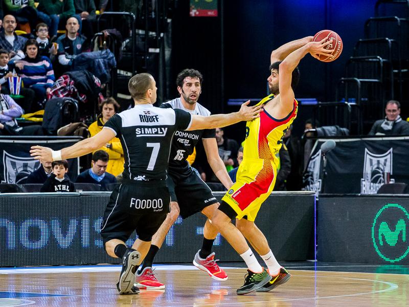Stojanovski rehuye la defensa de Ruoff (Foto: Luis Fernando Boo).