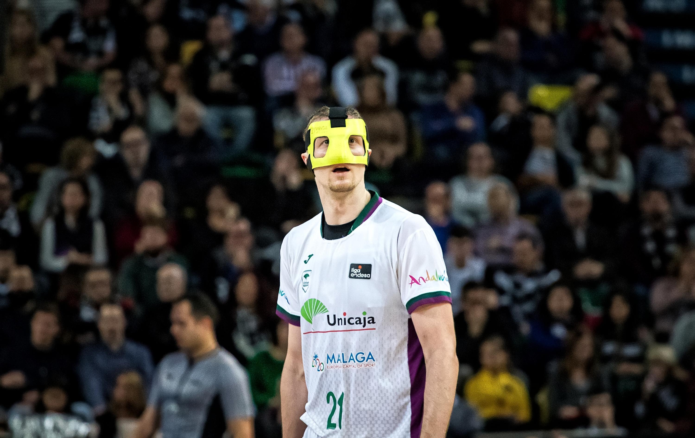 Aparatosa máscara la usada por Adam Waczynski (Foto: Luis Fernando Boo).
