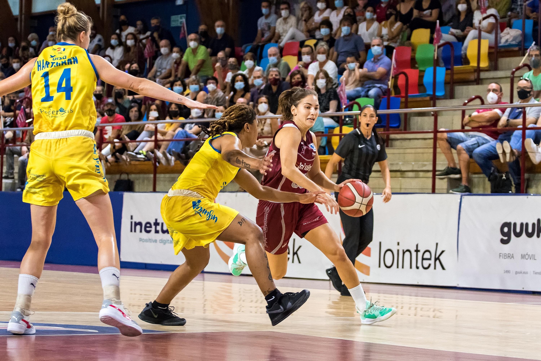 Rosó Buch intenta penetrar en la zona rival (Foto: Luis Fernando Boo).