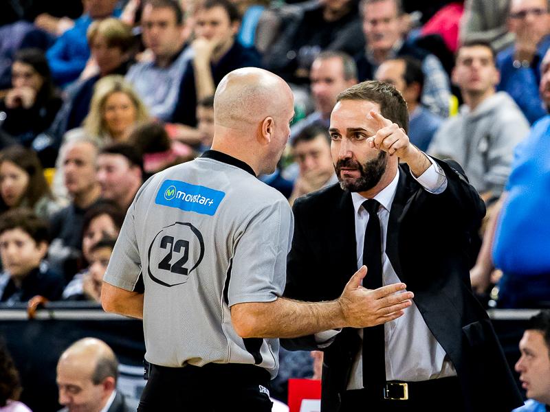Sito Alonso discute con el árbitro (Foto: Luis Fernando Boo).