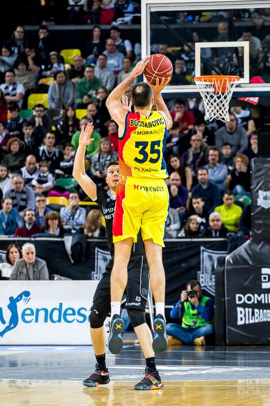 Bogdanovic lanza un triple (Foto: Luis Fernando Boo).