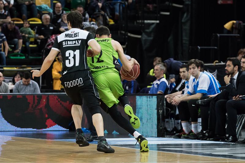 Llompart se escapa de la defensa de Raul López (Foto: Luis Fernando Boo).