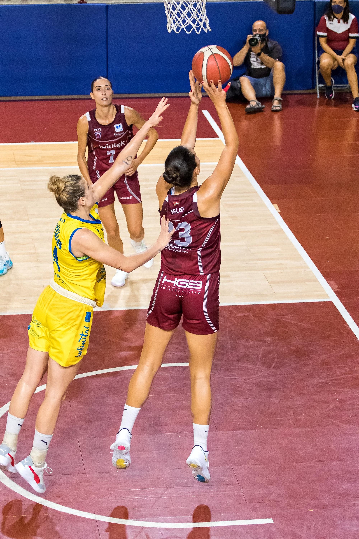 Brcaninovic anota bajo el aro rival (Foto: Luis Fernando Boo).