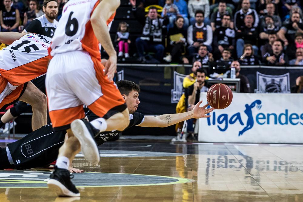 Suarez se lanza a por un balón suelto (Foto: Luis Fernando Boo).