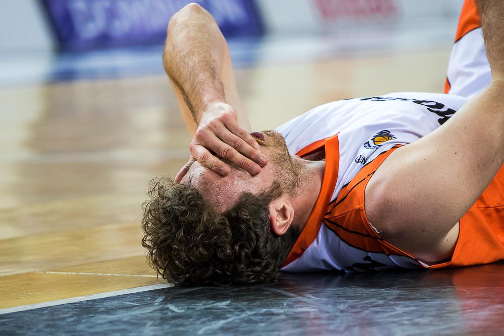 alex Urtasun se duele de un golpe en la cara (Foto: Luis Fernando Boo).