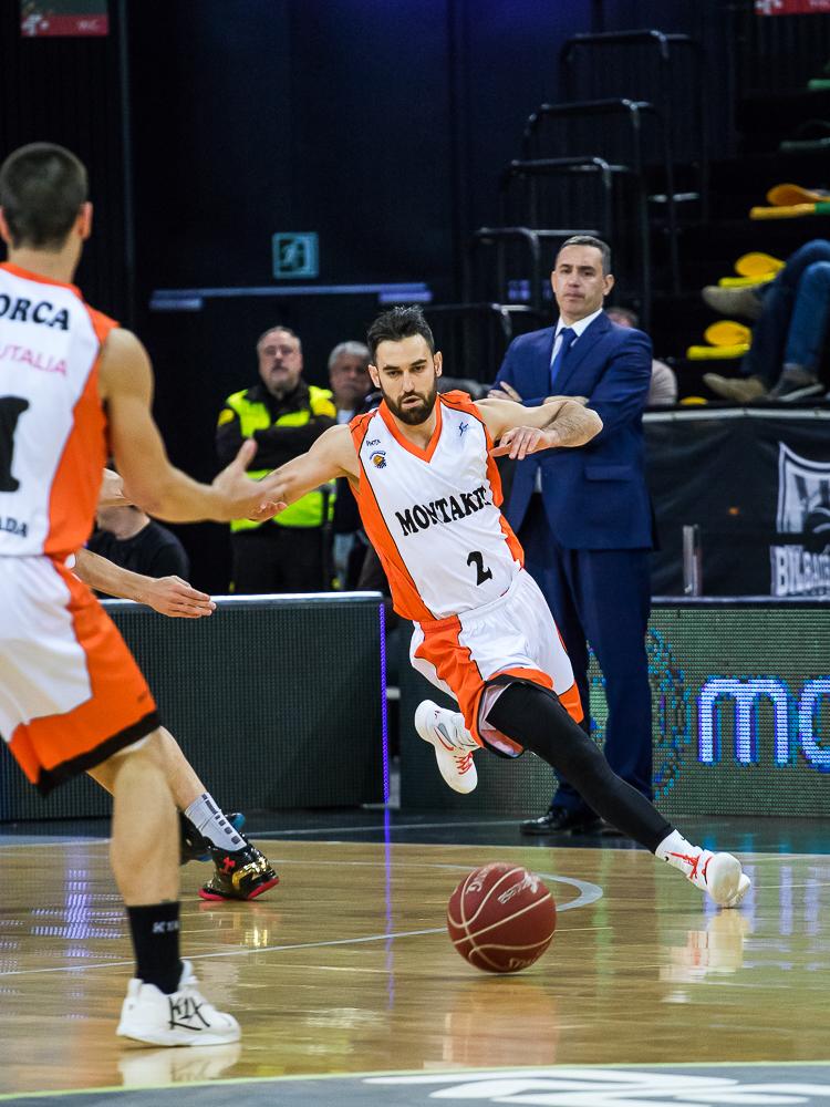 Popovic, a punto de recibir la bola (Foto: Luis Fernando Boo).