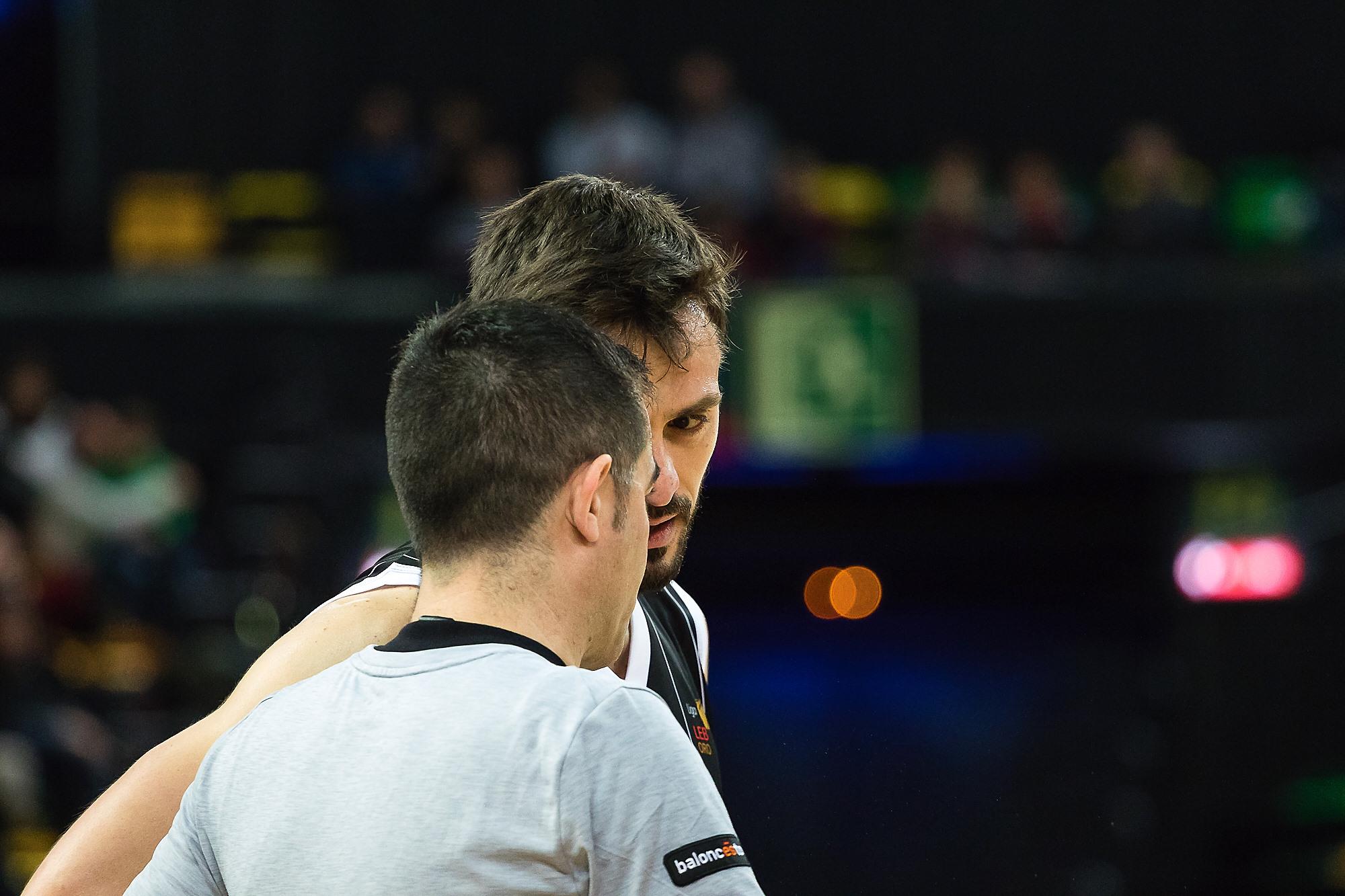 Huertas charla con el árbitro (Foto: Luis Fernando Boo).