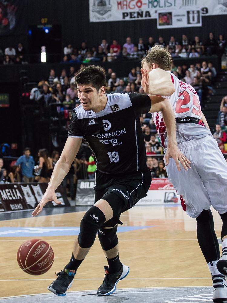 Marko Todorovic se escapa de Henk Norel (Foto: Luis Fernando Boo).