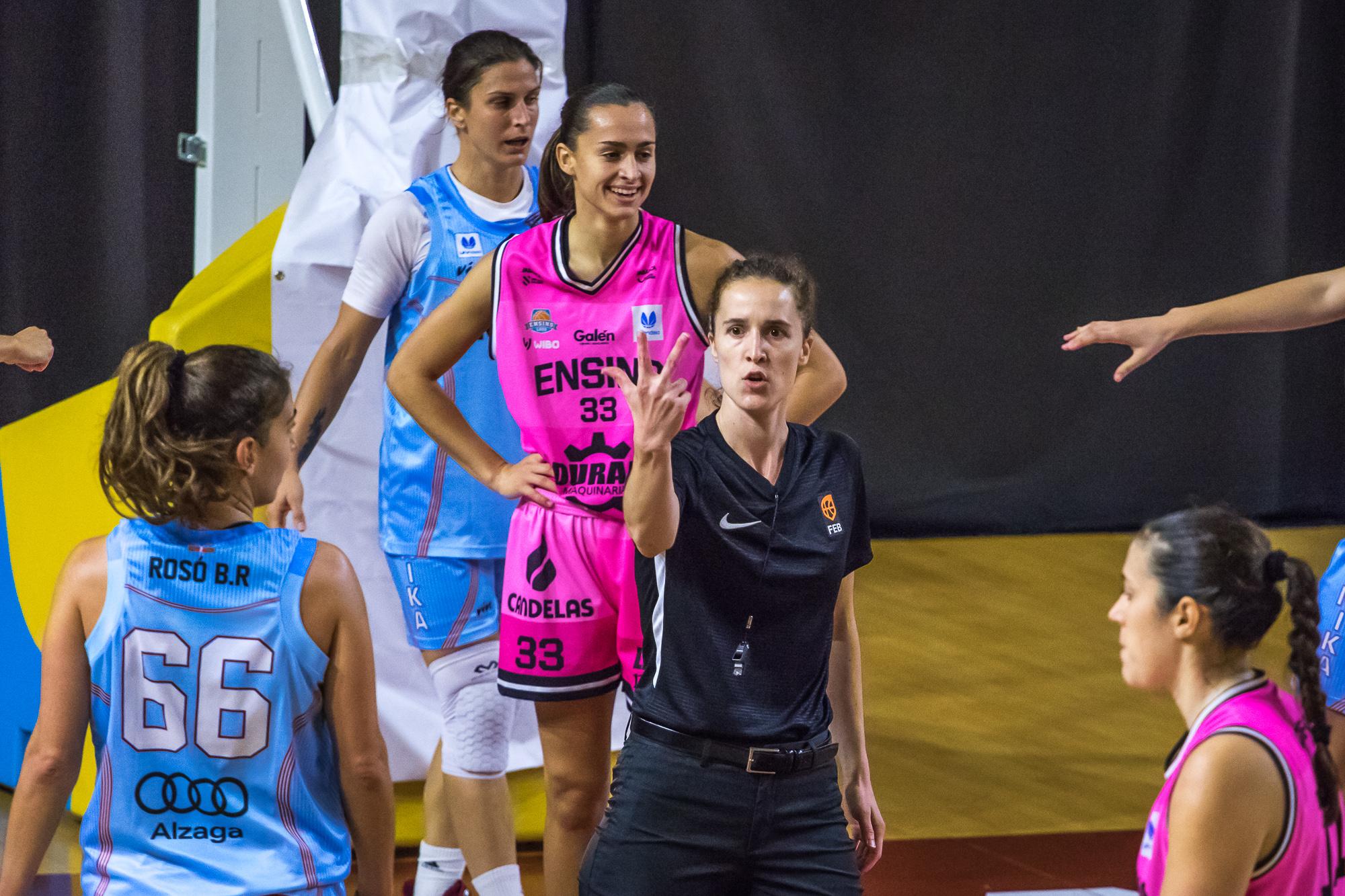 Elena Espiau señala la falta de Alba Prieto (Foto: Luis Fernando Boo).