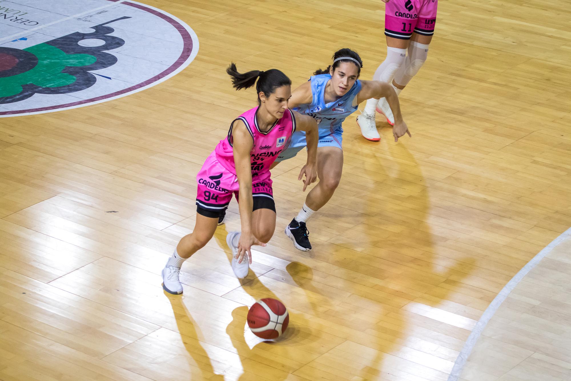 Alicia Villegas intenta superar por velocidad a Itziar Ariztimuño (Foto: Luis Fernando Boo).