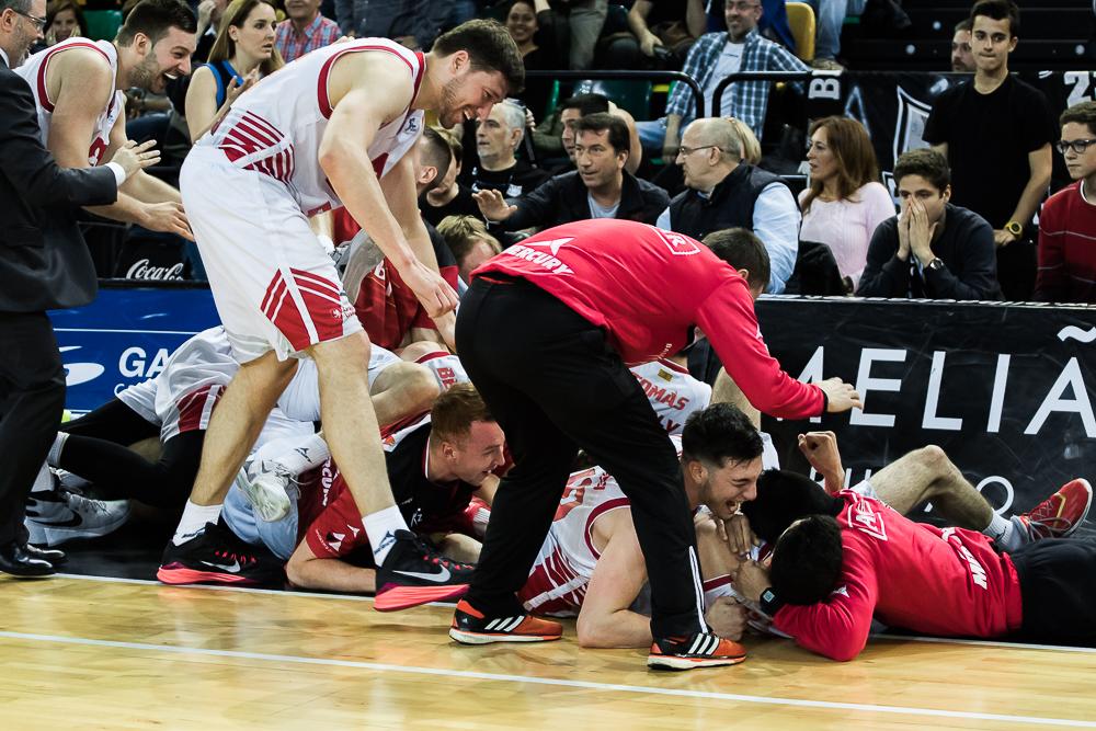 Los jugadores del CAI celebran la victoria (Foto: Luis Fernando Boo).