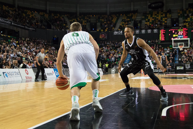 Borg intenta subir la bola ante la defensa rival (Foto: Luis Fernando Boo).