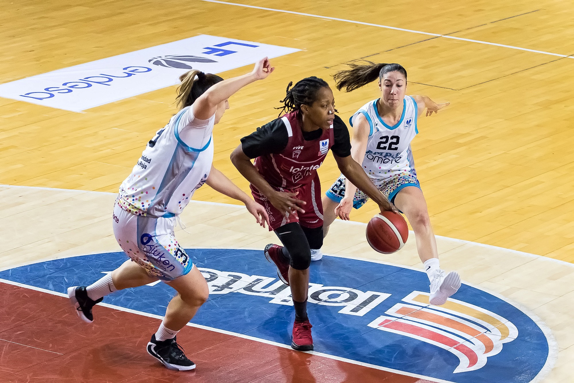 Roundtree es defendida por dos rivales (Foto: Luis Fernando Boo).