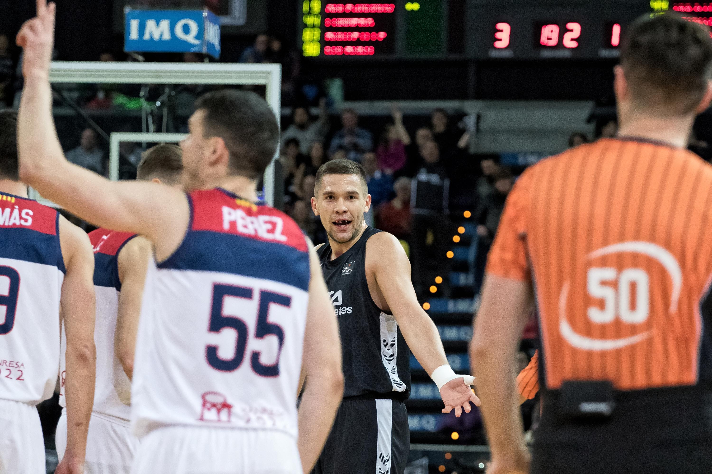 Sulejmanovic protesta una decisión arbitral (Foto: Luis Fernando Boo).