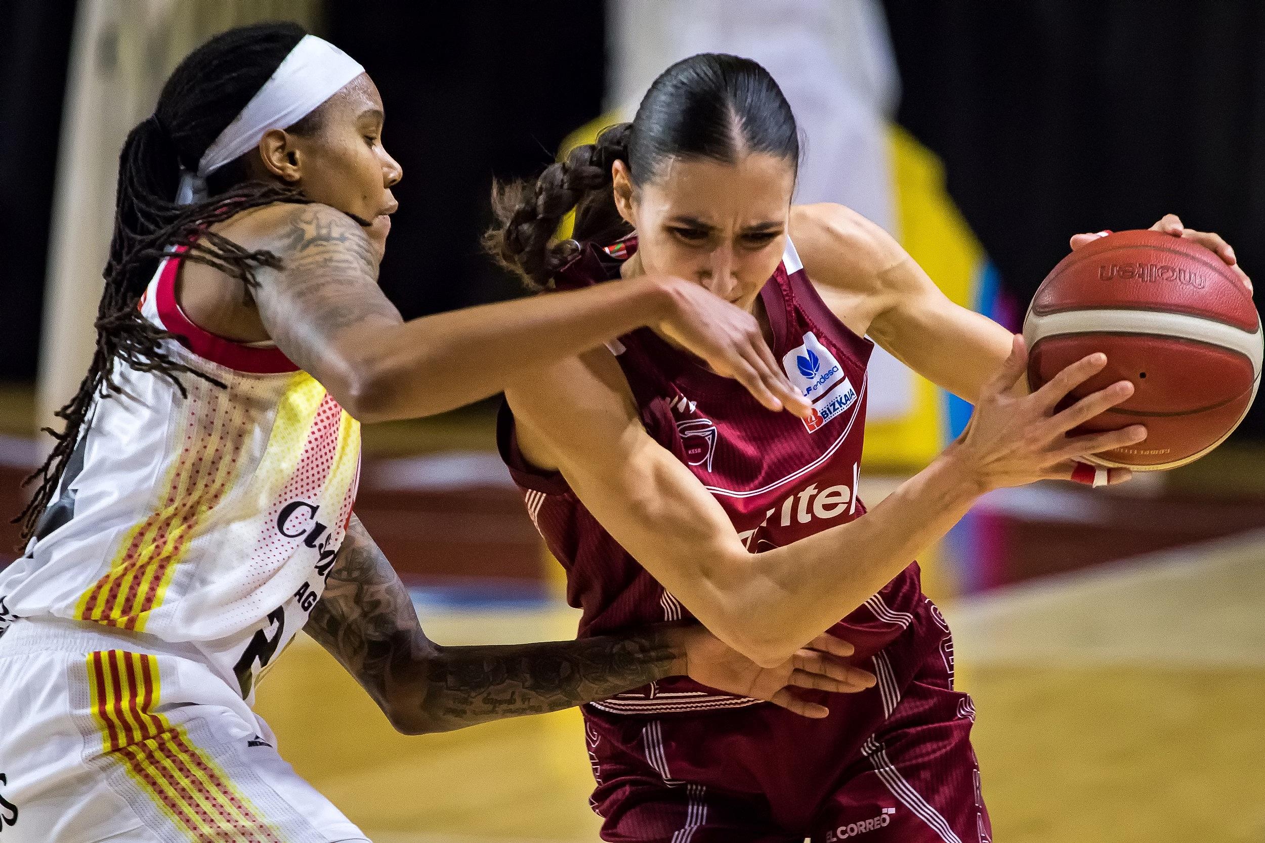 Parks se esmera en la defensa sobre Arrojo (Foto: Luis Fernando Boo).