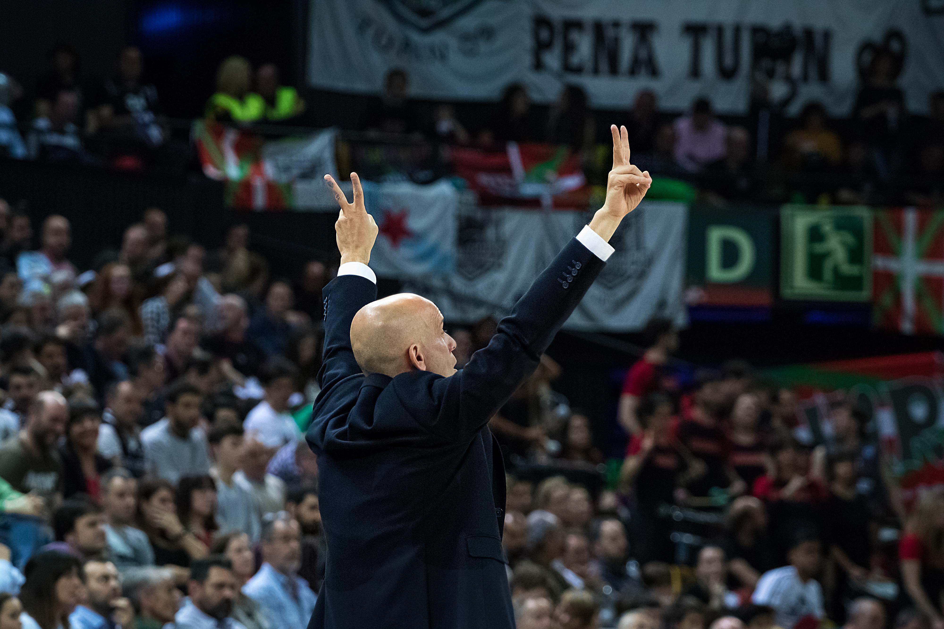 Carles Marco indica jugada a sus jugadores | Foto: Luis Fernando Boo.