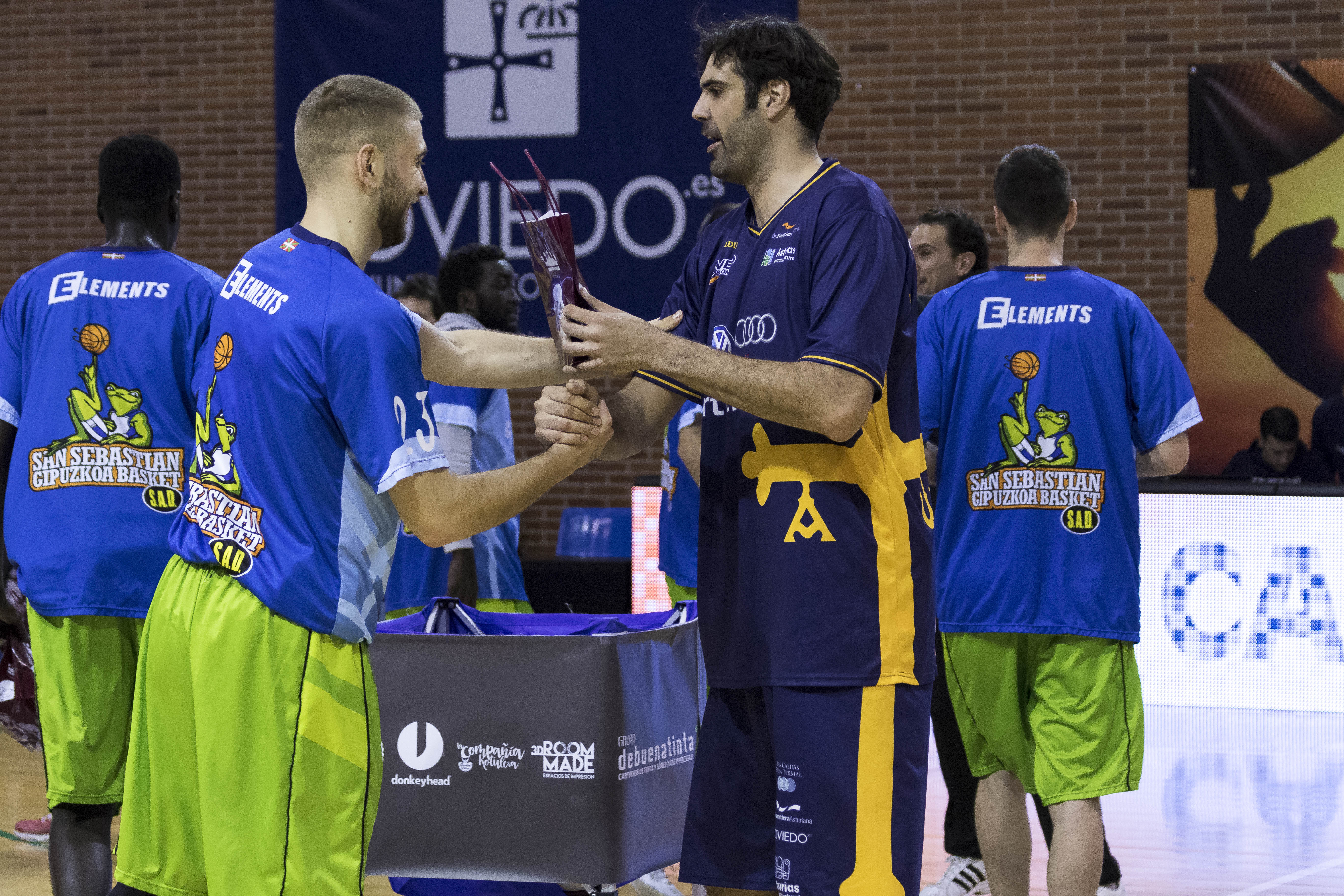 Saludo entre jugadores de ambos equipos (Foto: Christian García)