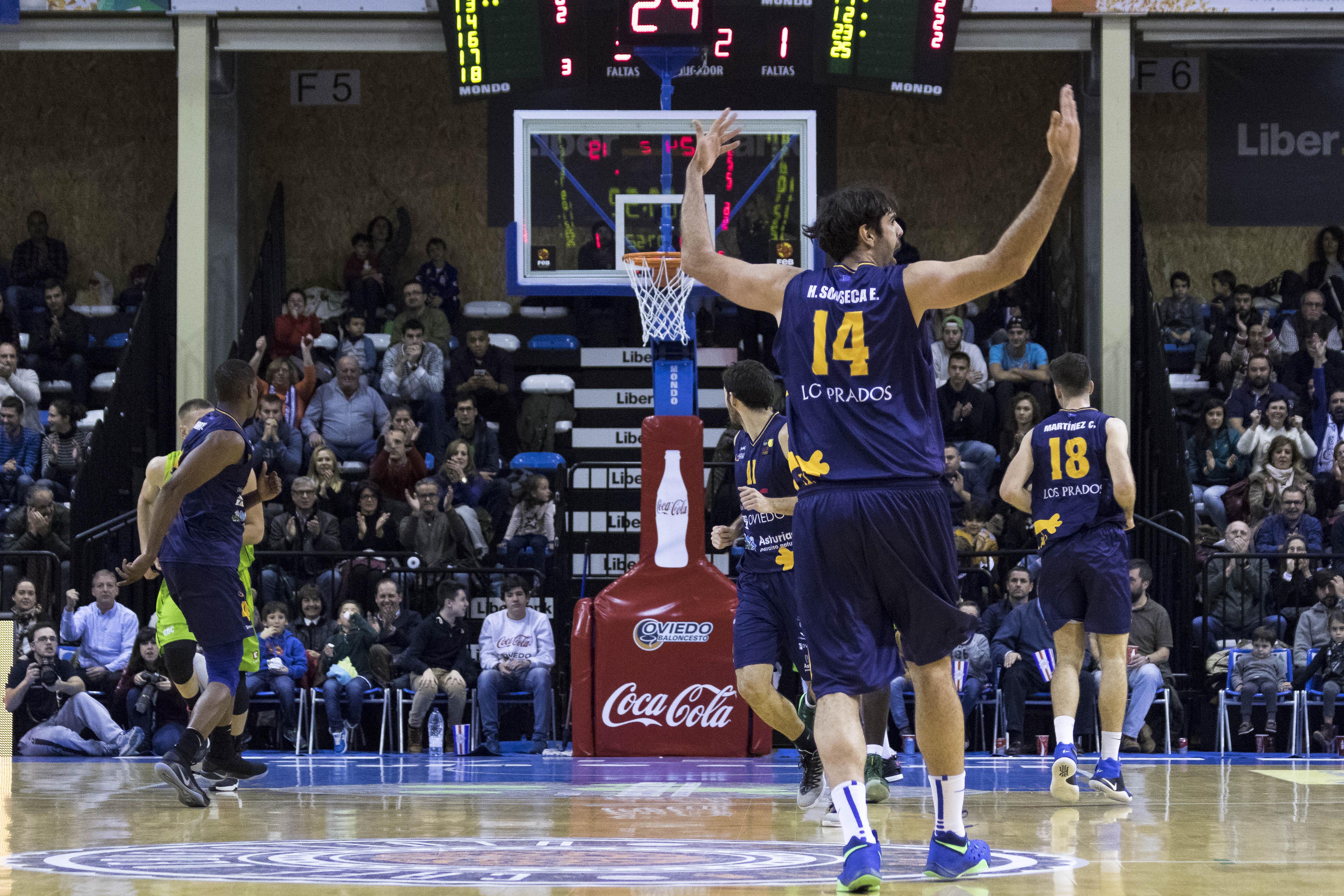 Eduardo Sonseca alentando al público tras anotar un triple (Foto: Christian García)