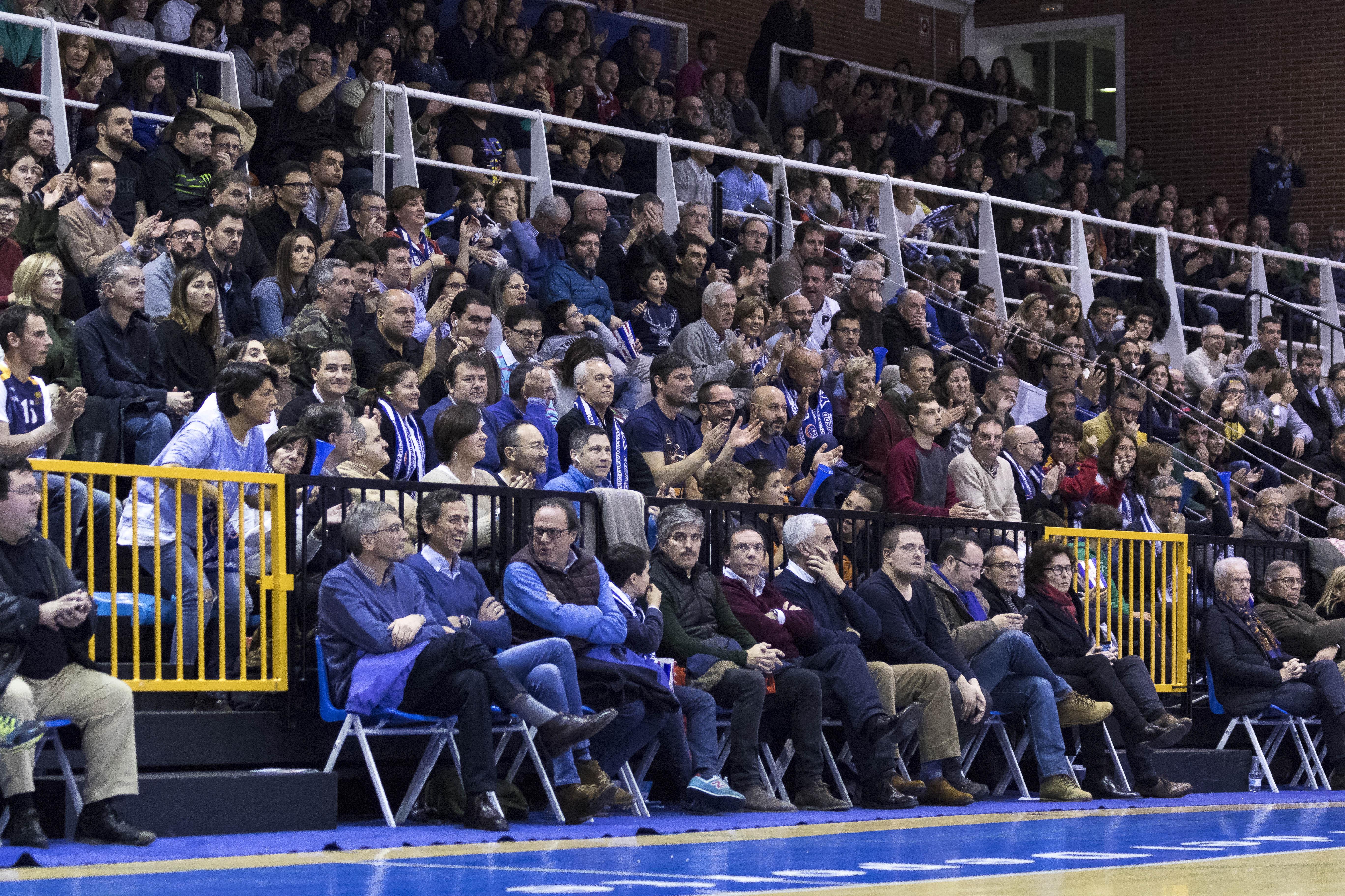 El público de Pumarín aplaudiendo al equipo (Foto: Christian García)