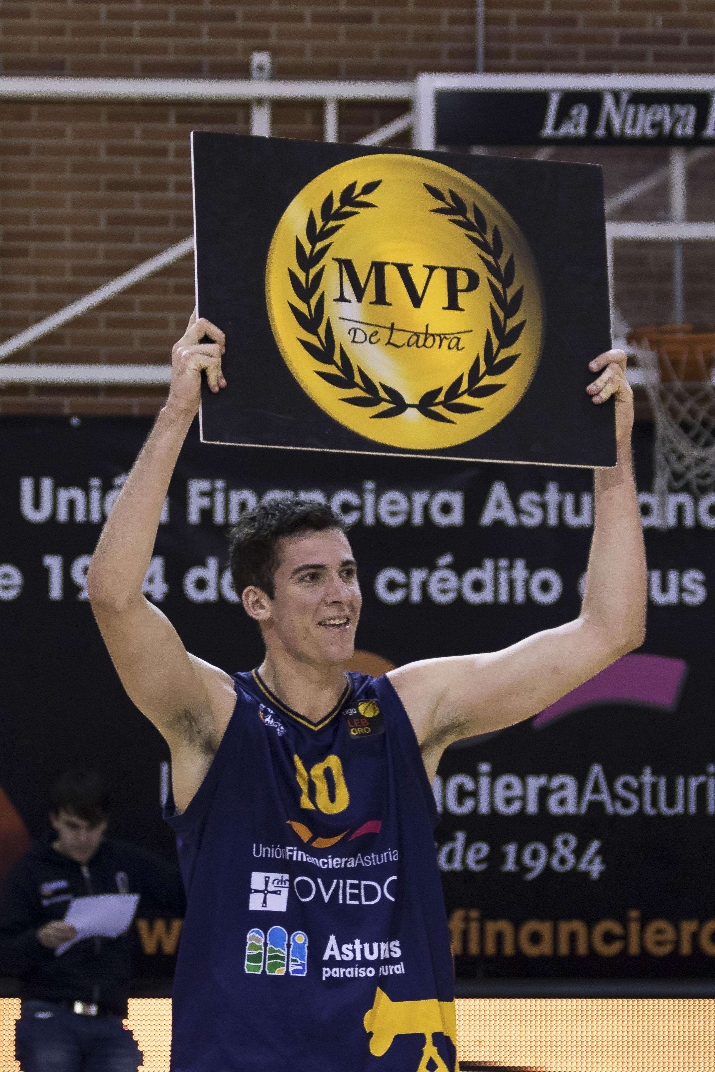 Miquel Salvó tras ser elegido MVP del partido (Foto: Christian García)