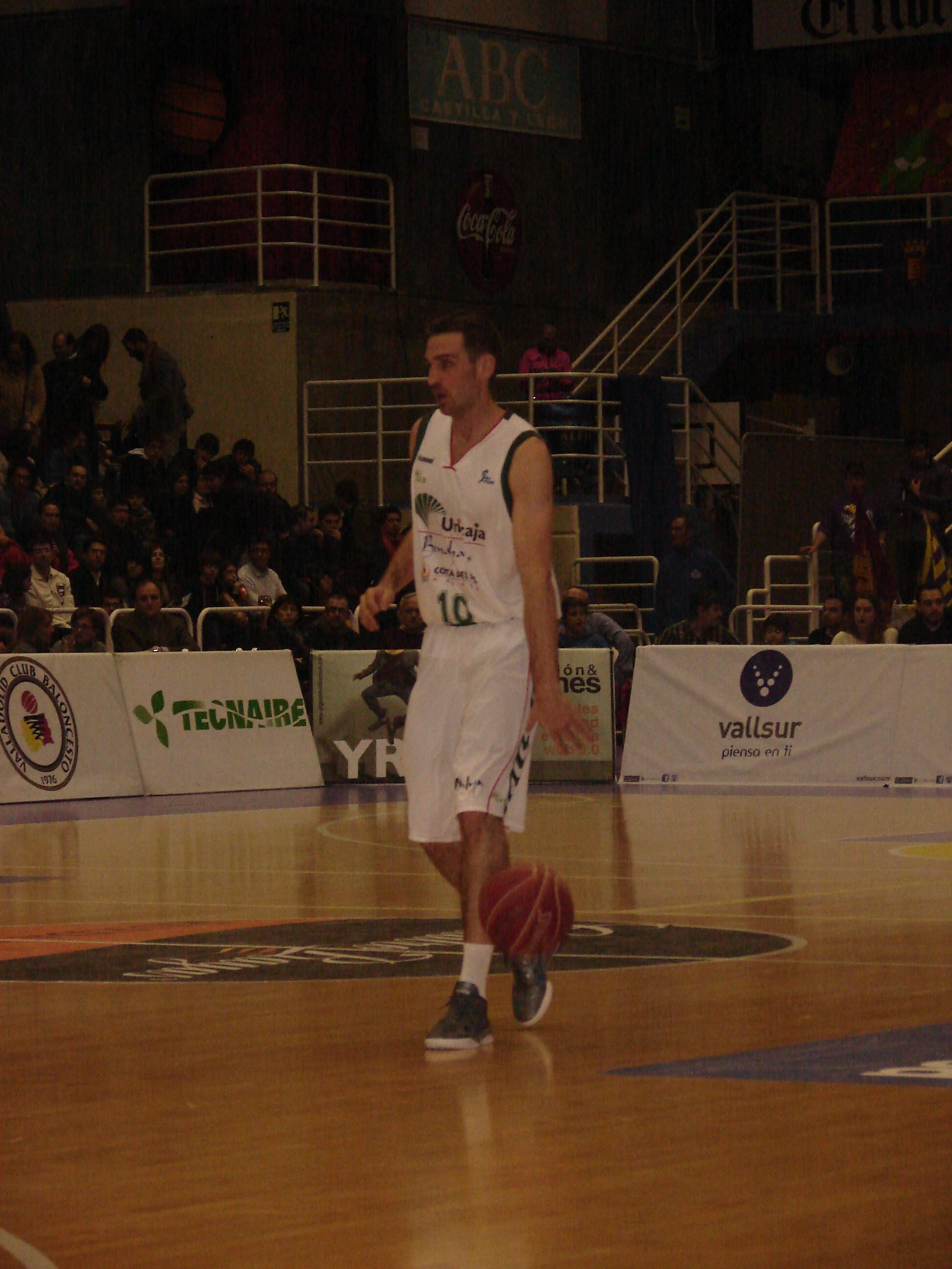 Txemi Urtasun sube la bola (Fotos: Jose Navas)