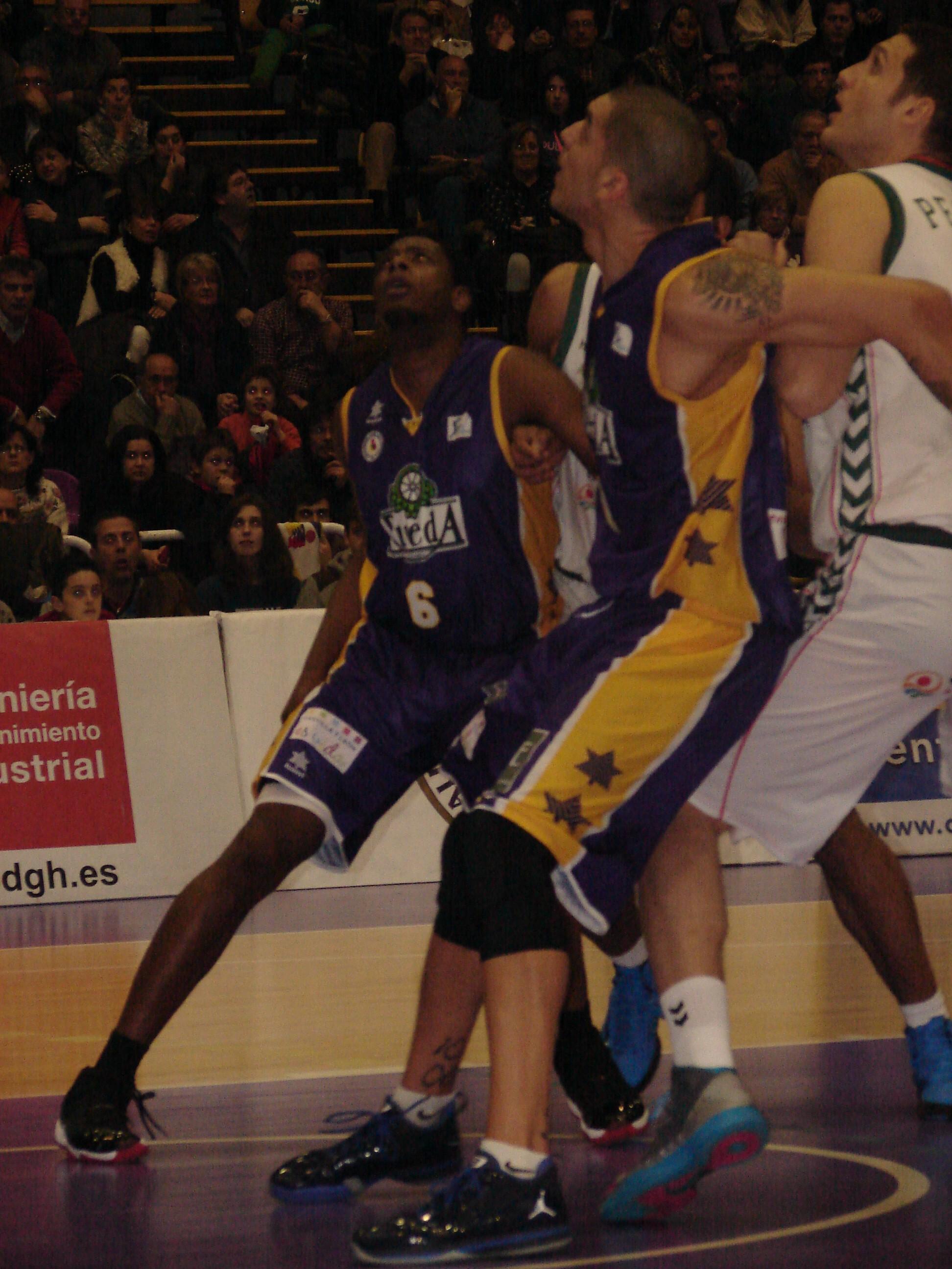Ewing Jr. y Nacho Martín cierran el rebote (Fotos: Jose Navas)