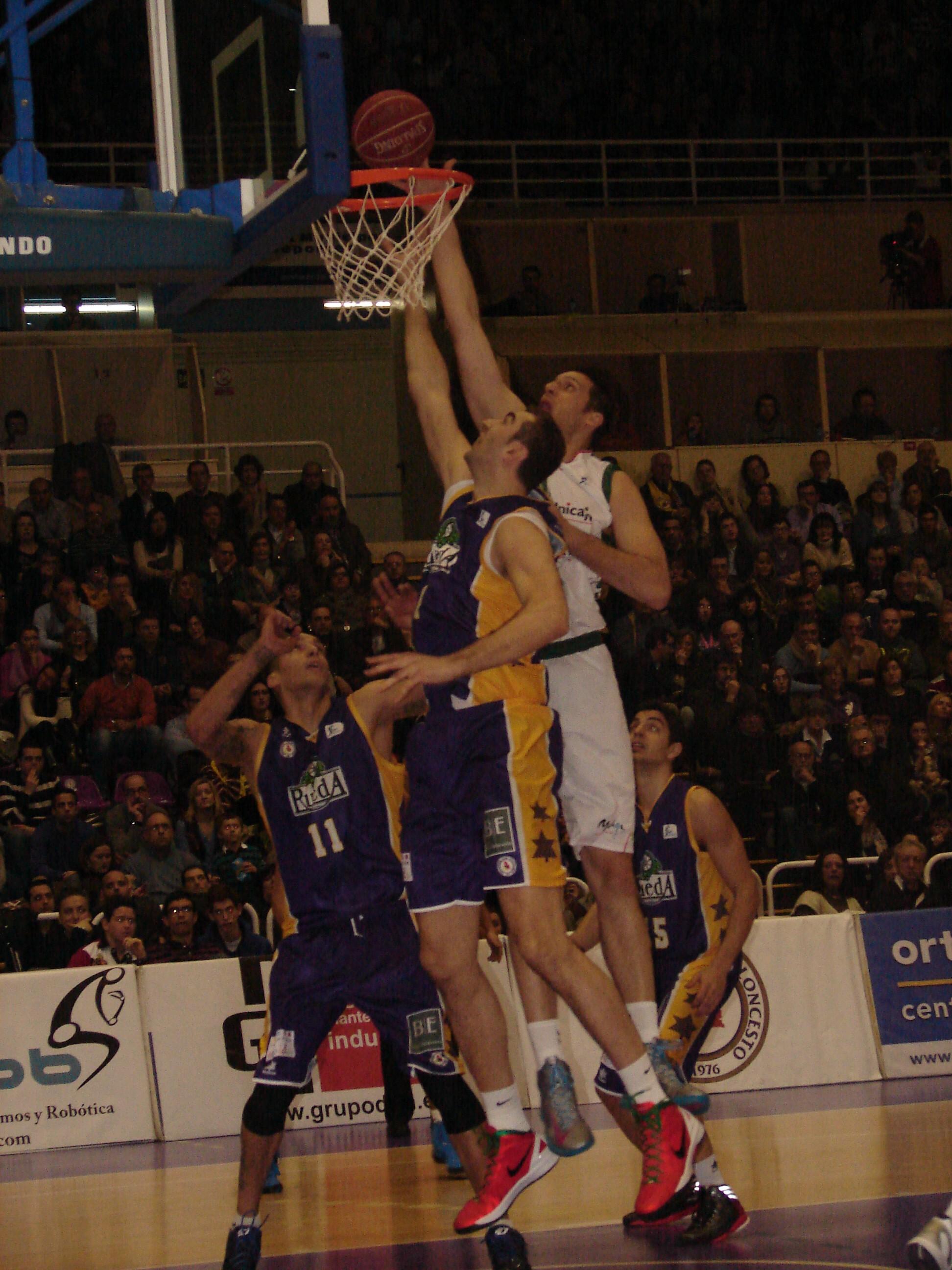 Perovic y Sinanovic pelean por el rebote (Fotos: Jose Navas)