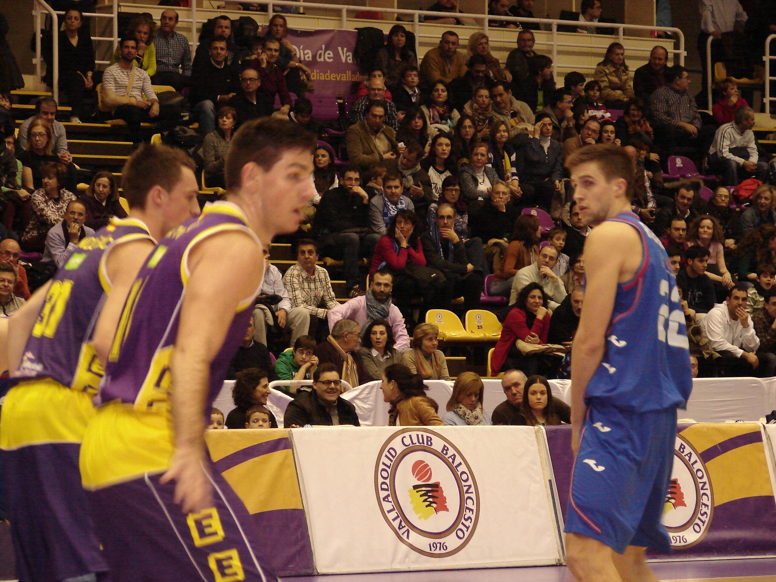 Rabaseda ante Cvetinovic y Andjusic (Foto: Jose Navas)