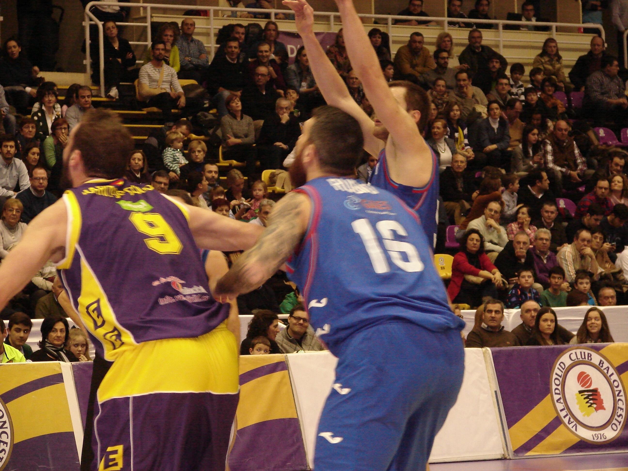 Uros Slokar lanza desde el tiro libre (Foto: Jose Navas)