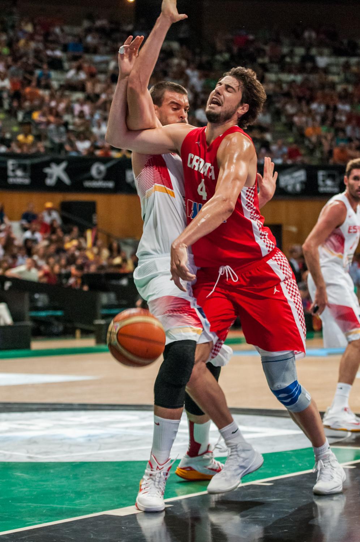Ante Tomic, en una pugna con Marc Gasol. (Foto; JM Casares)